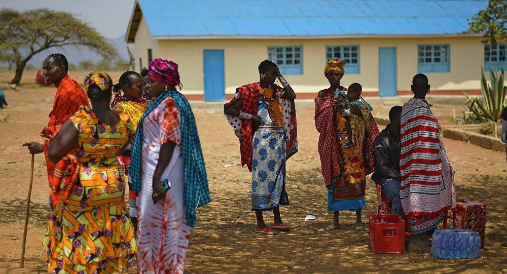 Mulheres africanas perto da assembleia de voto em Ewaso Kendo, distrito de Kajiado, Quênia, 8 de agosto de 2017