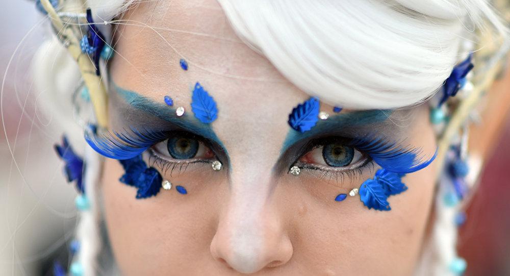 Ann-Catrin usando maquiagem fantasiosa durante sua visita à Feira de Livro de Leipzig, Alemanha, 13 de março de 2015