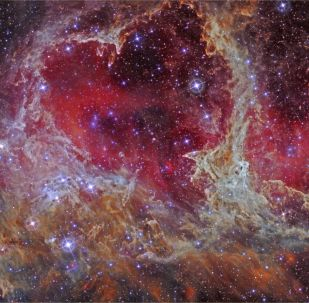 Nestas nebulosas, Alma e Coração, o grupo de estrelas à esquerda parece um coração humano e se encontra a 7.500 anos-luz do nosso planeta, na constelação de Cassiopeia, no braço de Perseus da Via Láctea