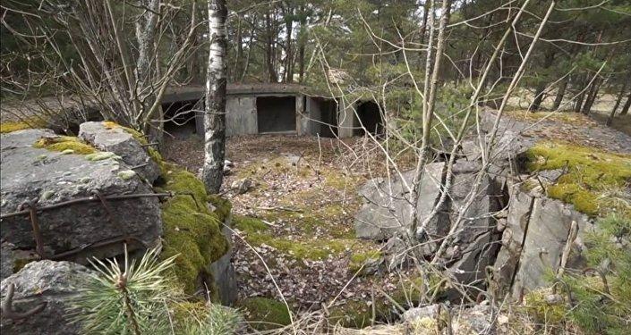 Bunker nazista na floresta em Neringa, na Lituânia