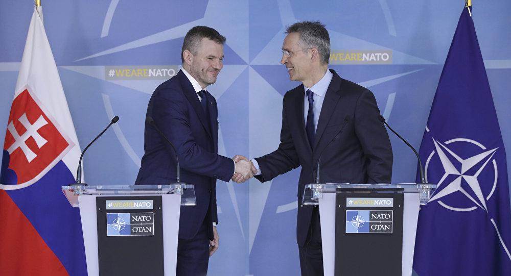 Peter Pellegrini, primeiro-ministro da Eslováquia, e Jens Stoltenberg, secretário-geral da OTAN durante conferência de imprensa na sede da organização em Bruxelas, na Bélgica.