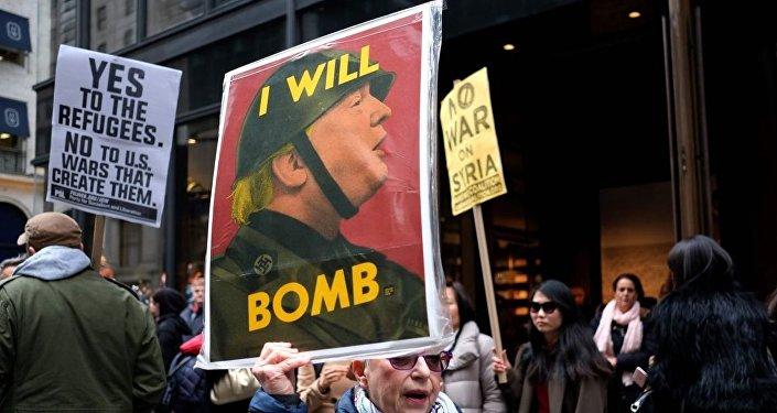 Manifestantes contra a guerra protestam contra o presidente Donald Trump em frente à Trump Tower em Nova York, em 2017, criticando ataques à Síria.