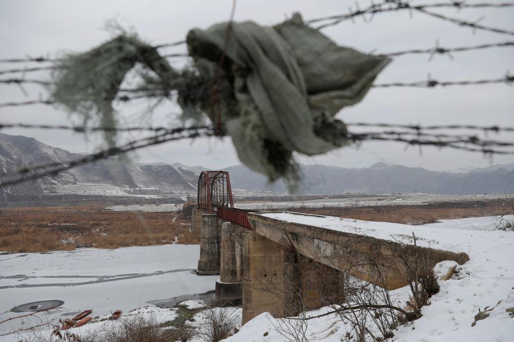 Ponte através do rio Yalu na fronteira entre a China e a Coreia do Norte