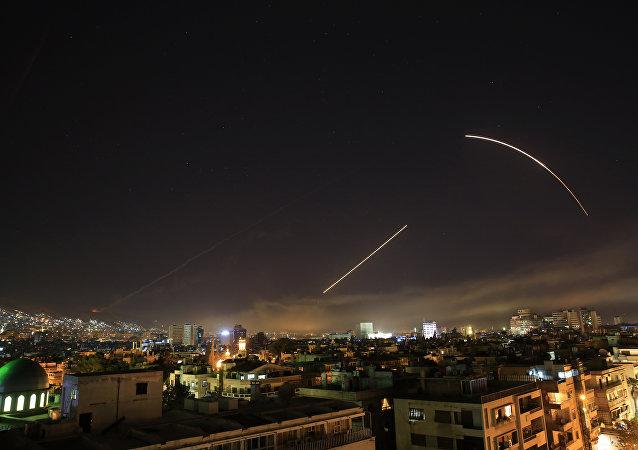 Mísseis cruzam o céu sobre Damasco