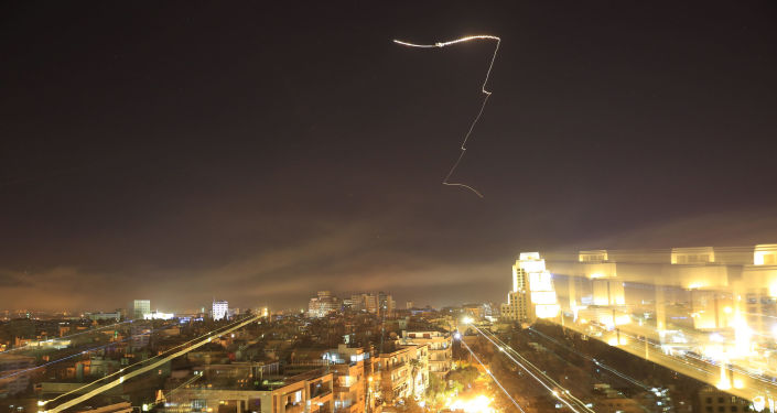 Míssil cruza o céu sobre Damasco durante o ataque norte-americano ao país, na noite entre 13 e 14 de abril