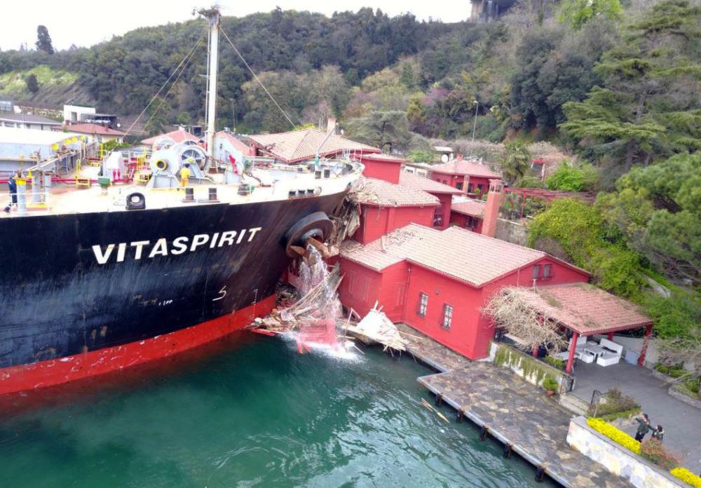 Navio-tanque choca, ao passar pelo estreito de Bósforo, contra um palacete na cidade turca de Istanbul