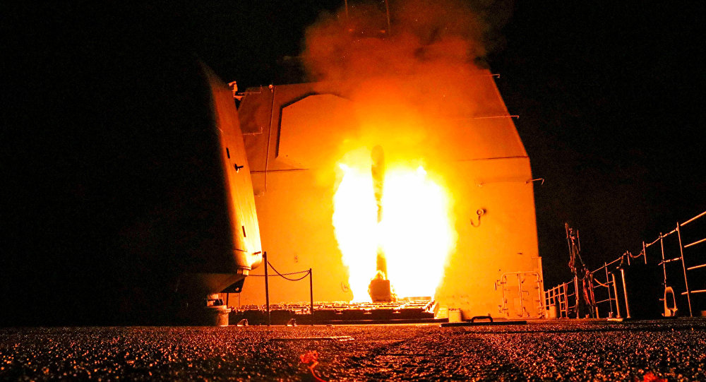 Cruzador de mísseis norte-americano USS Monterey lança um míssil Tomahawk durante o ataque à Síria, 14 de abril de 2018