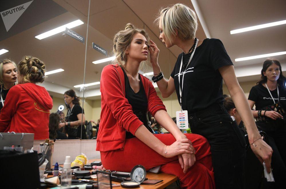 Uma das finalistas do concurso Miss Rússia 2018 se prepara para o show no camarim
