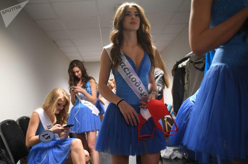 Finalistas do concurso Miss Rússia 2018 se preparam para o show no camarim