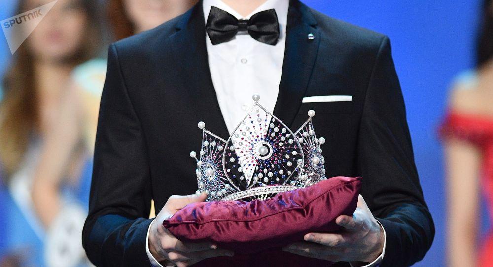 Coroa de ouro branco com pedras preciosas da Miss Rússia 2018 apresentada durante a cerimônia de condecoração das finalistas do concurso, em Moscou