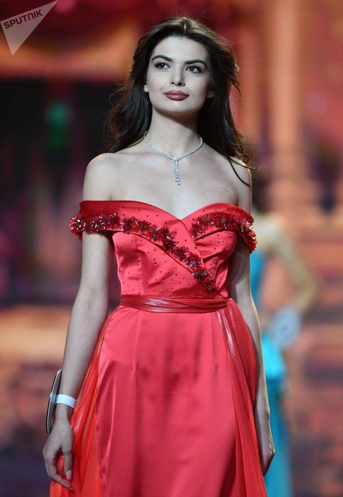 Uma das finalistas do concurso Miss Rússia 2018 se apresenta durante a final na sala de concertos Barvikha, em Moscou