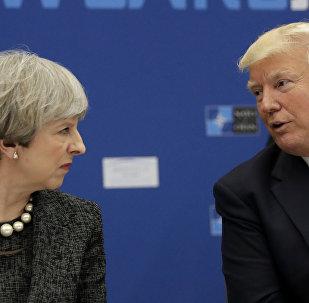O presidente dos EUA, Donald Trump, à direita, fala à primeira-ministra britânica Theresa May durante um jantar de trabalho na sede da OTAN, durante uma cúpula de chefes de Estado e de governo da Otan em Bruxelas (arquivo)