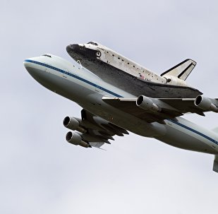 O ônibus espacial Discovery, a bordo de um Boeing 747 da NASA especialmente modificado, voa sobre Washington, DC, 17 de abril de 2012
