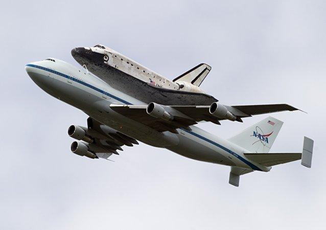 O ônibus espacial Discovery, a bordo de um Boeing 747 da NASA especialmente modificado, voa sobre Washington, DC, 17 de abril de 2012