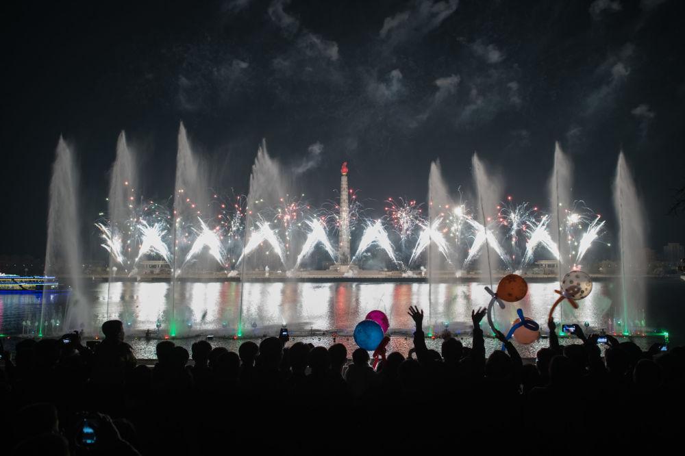 Fogos de artifícios lançados por ocasião do festejo do Dia do Sol, 15 de abril de 2018