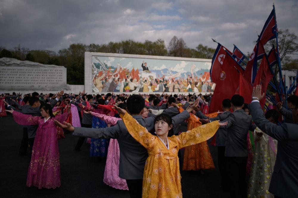 Danças em massa durante os festejos do Dia do Sol em Pyongyang, 15 de abril de 2018