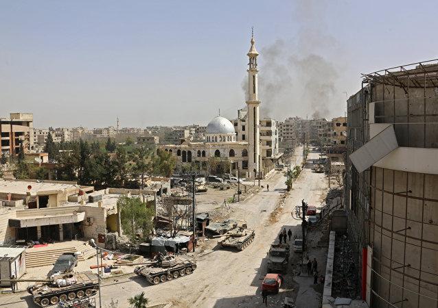 Forças pró-governo sírias entram na praça principal de Kfar Batna, no sudeste de Ghouta, periferia leste da capital (Damasco 19 de março de 2018)