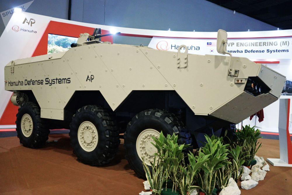 Veículo blindado de rodas Tigon 6x6 da empresa Hanwha Defense Sytems na exposição em Kuala Lumpur