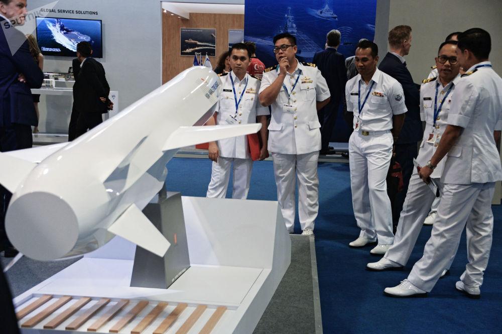 Visitantes da exposição estudando o míssil antinavio Naval Strike Missile da companhia norueguesa Kongsberg Defence & Aerospace