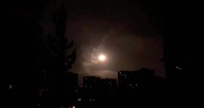 As defesas aéreas da Síria contra-atacam depois de ataques aéreos das forças norte-americanas, britânicas e francesas em Damasco, na Síria, nesta imagem obtida de um vídeo datado de 14 de abril de 2018.