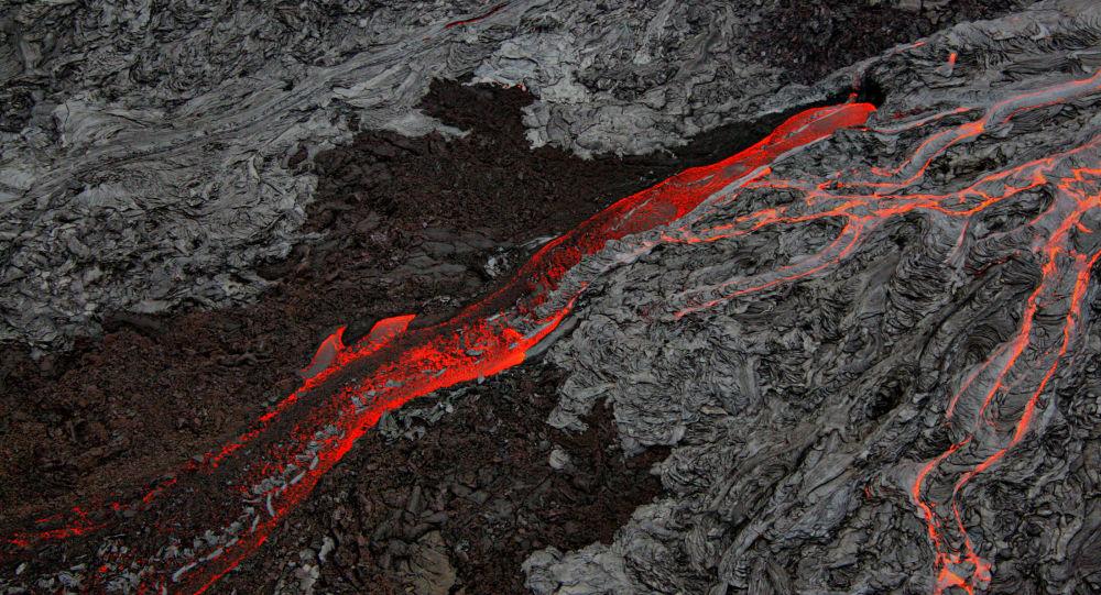 O Parque Nacional dos Vulcões do Havaí. Dois dos vulcões mais ativos do mundo, o Mauna Loa e o Kilauea, sobressaem-se sobre o Oceano Pacífico neste local