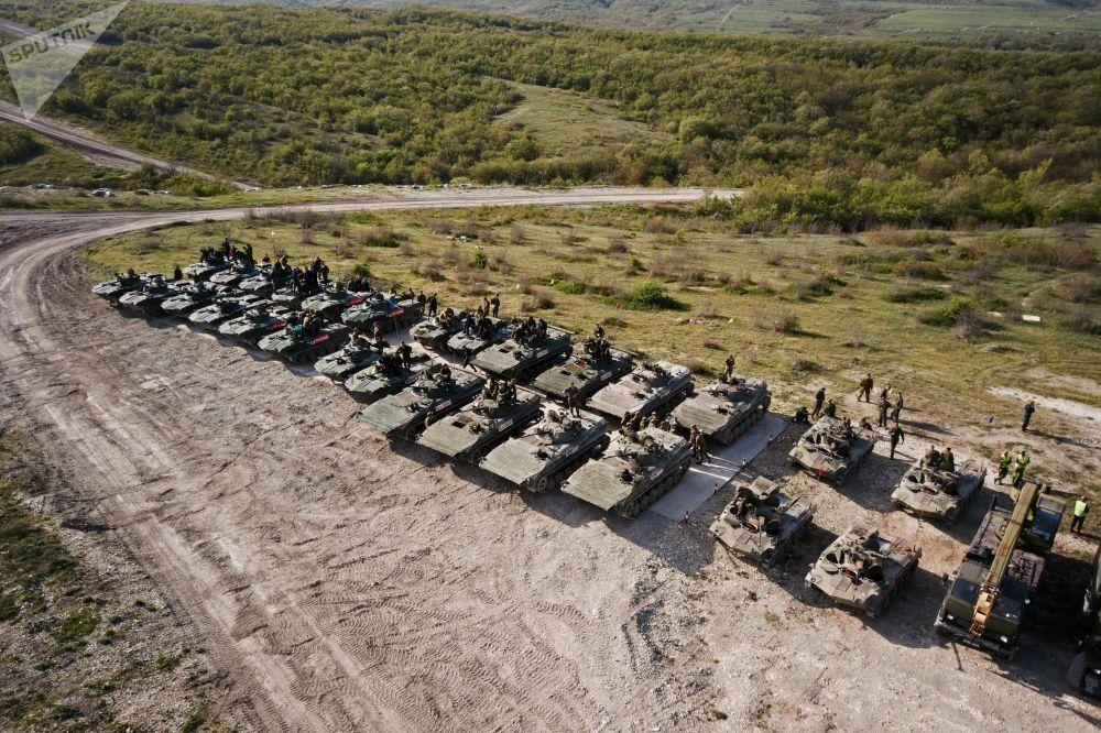 Veículos de combate de infantaria BMD-2 e BMP-2 durante competições Pelotão de Desembarque no sul da Rússia