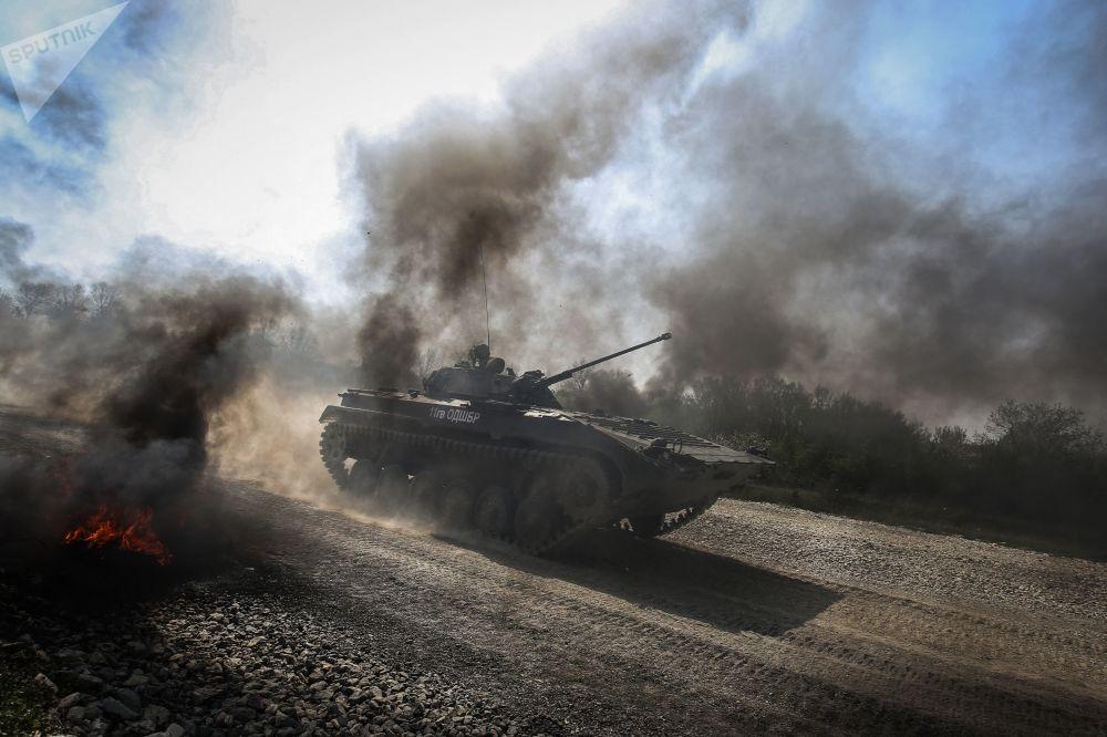 Veículo de combate de infantaria BMP-2 durante competições Pelotão de Desembarque no sul da Rússia