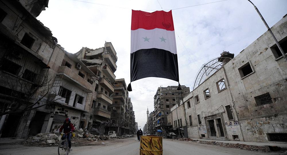 Bandeira da Síria vista em um bairro destruído de Aleppo (foto de arquivo)