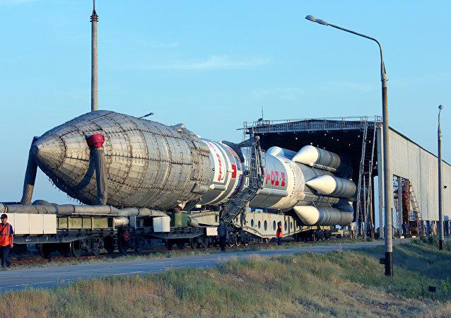 Veículo de lançamento espacial Proton-M no cosmódromo de Baikonur