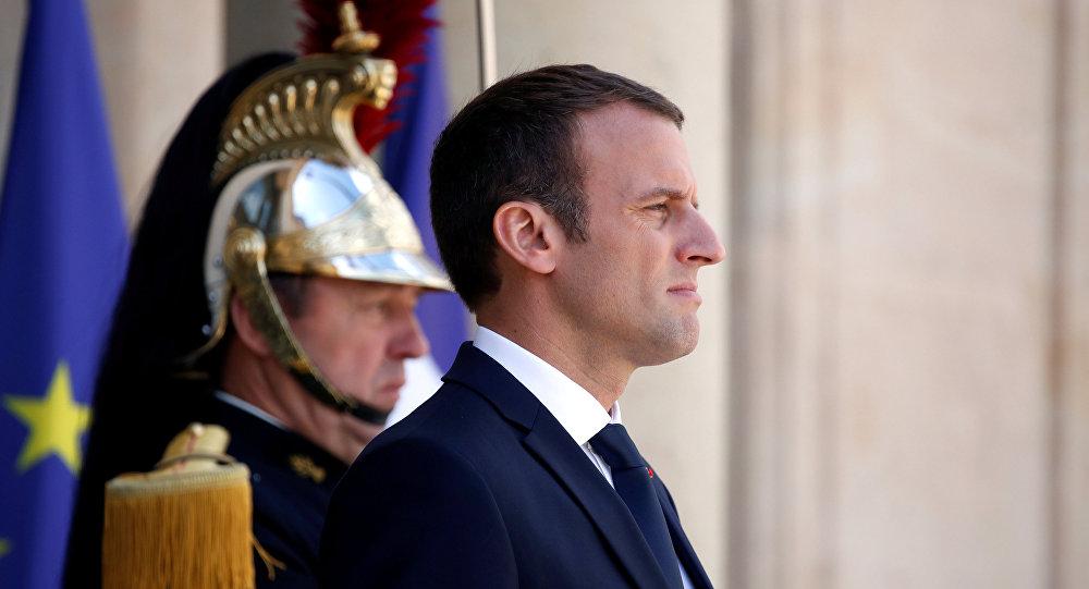 O presidente francês Emmanuel Macron está na escadaria do Palácio do Eliseu, em Paris, França (foto de arquivo).