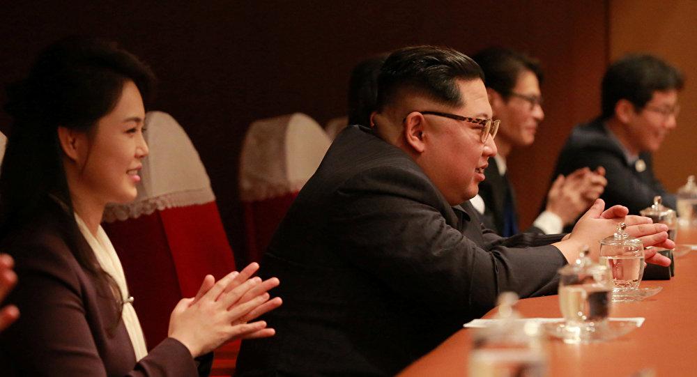 Líder norte-coreano, Kim Jong-un, com sua esposa, Ri Sol-ju, durante um concerto em Pyongyang