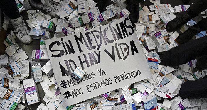 Cartaz com frase Sem medicamentos não há vida durante protestos por falta de remédios em hospitais em frente ao Ministério da Saúde, Caracas, abril de 2018
