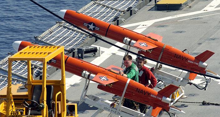 Tripulação da Marinha dos EUA preparando drones, mar do Sulu, no sul das Filipinas, 4 de junho de 2007