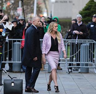 Atriz pornô, Stormy Daniels, acompanhada pelo seu advogado, Michael Avenatti, deixando Tribunal Federal de Nova York, 16 de abril de 2018