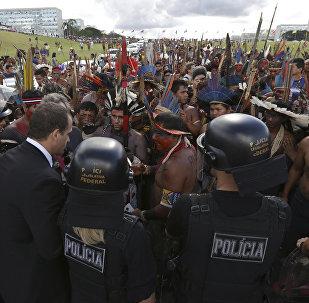 Durante o Acampamento Terra Livre de 2017, indígenas são reprimidos com gás lacrimogêneo em Brasília.