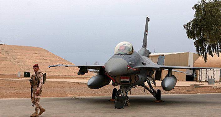 Militar iraquiano perto de um caça F-16 da Força Aérea do Iraque na base de Balad, em fevereiro de 2018