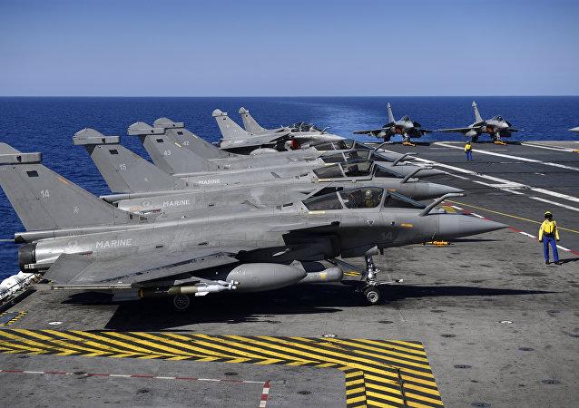Caças Rafale antes da decolagem no convés do porta-aviões Charles de Gaulle, no mar Mediterrâneo, como parte da Operação Arromanches III, 1 de outubro de 2016