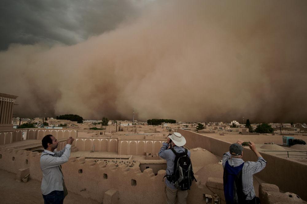 Tempestade de areia na cidade iraniana de Yazd, 16 de abril de 2018