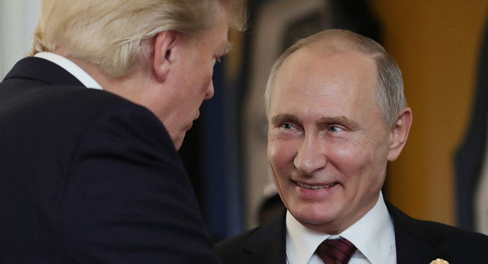 Presidente russo Vladimir Putin com seu homólogo norte-americano Donald Trump durante a cúpula da APEC
