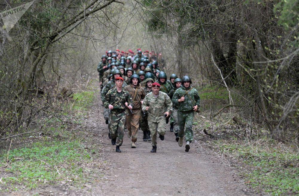 Militares bielorrussos fazem marcha durante teste para ganhar direito de usar boina castanho escuro