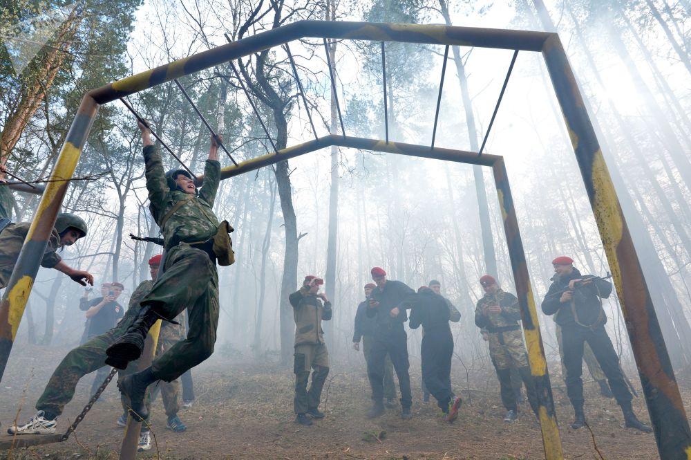 Militares bielorrussos superam circuito de obstáculos durante provas das forças especiais