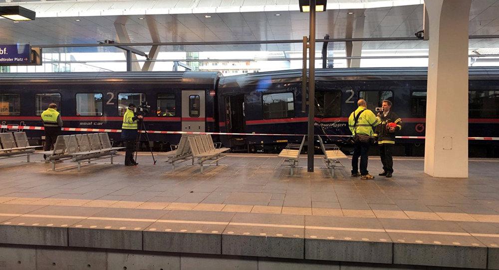 Equipes de emergência trabalham em plataforma de trens em Salzburgo, na Áustria, após acidente deixar 54 feridos.