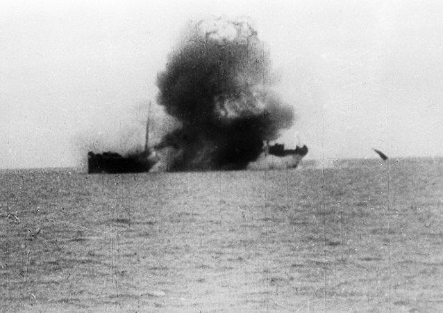Navio sendo torpedeado durante exercícios navais (foto de arquivo)