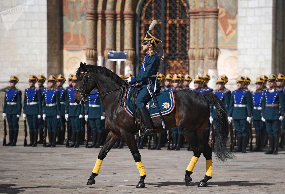 Militares do Regimento Presidencial durante a cerimônia de troca da guarda na praça das Catedrais do Kremlin de Moscou.