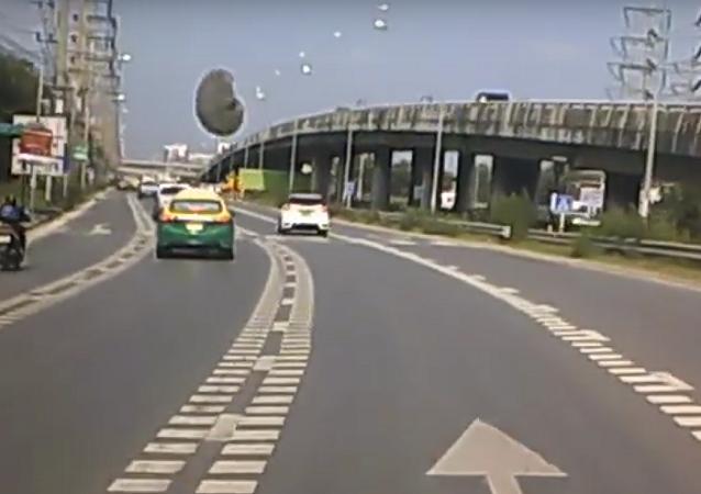 Tampa de concreto quase atinge carro ao cair na estrada