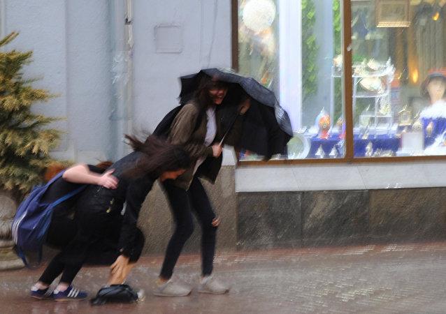 Pedestres nas ruas de Moscou durante tempestade em 21 de Abril de 2018.