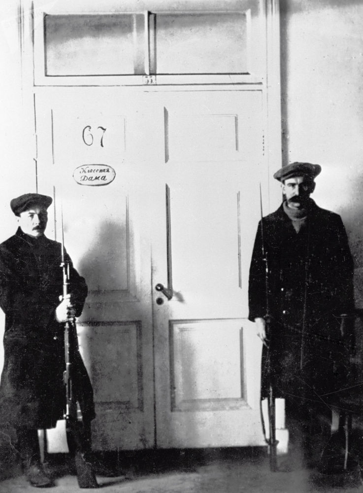 Guardas à porta do escritório de Vladimir Lenin no Instituto Smolny, que se tornou a sede do Partido Bolchevique durante a Revolução de Outubro, 1917