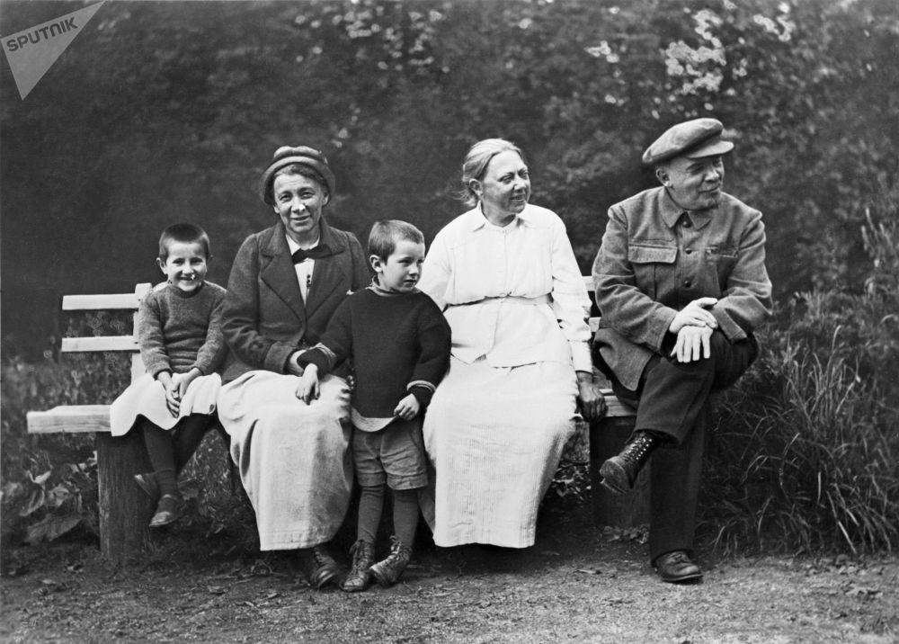 Vladimir Lenin, sua esposa Nadezhda Krupskaya e sua irmã mais velha Anna Ulyanova-Yelizarova em Gorki