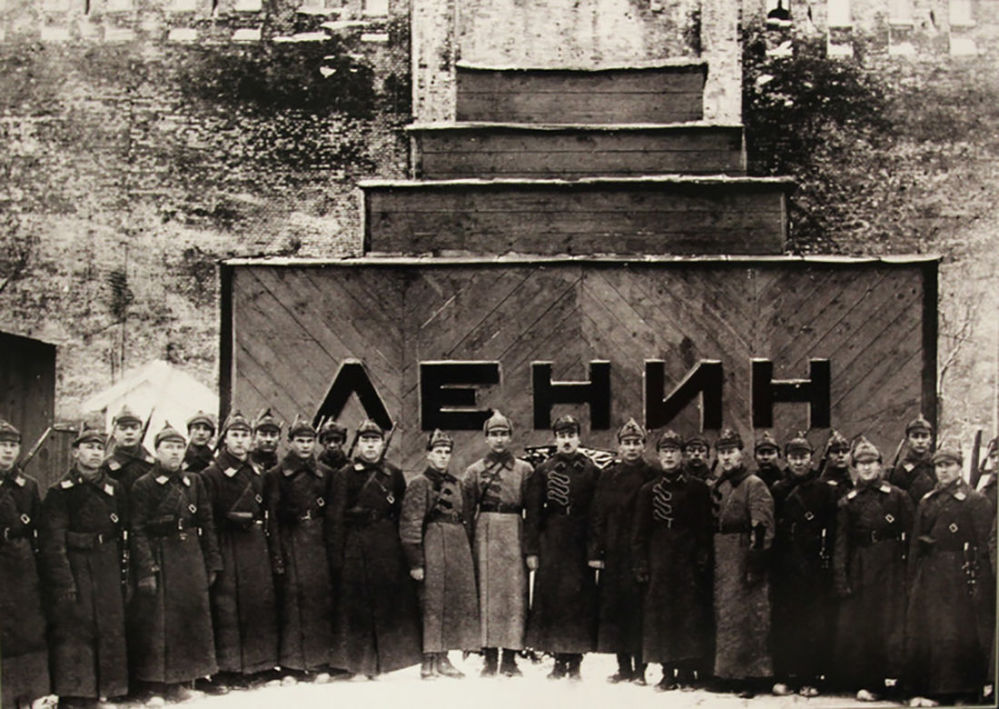 Guardas frente ao mausoléu temporário de Lenin