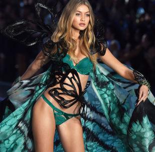 Modelo estadunidense Gigi Hadid no show da Victoria's Secret em Nova York